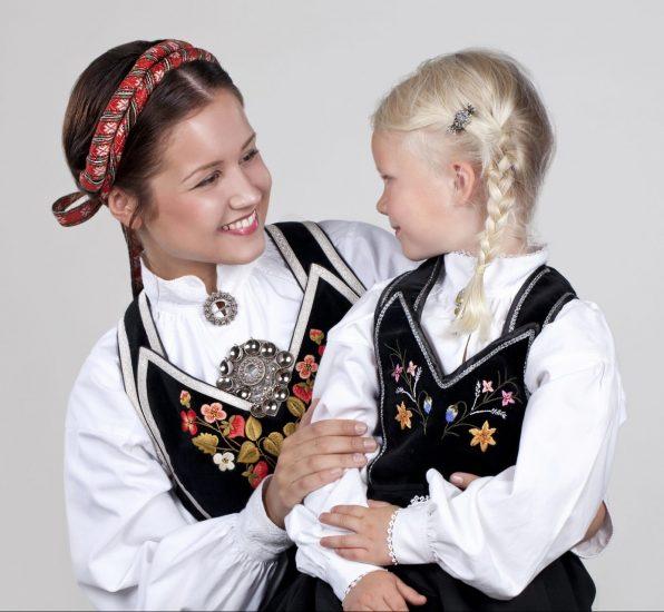 Blid jente og dame med fløyelsliv fra Vest-Telemark