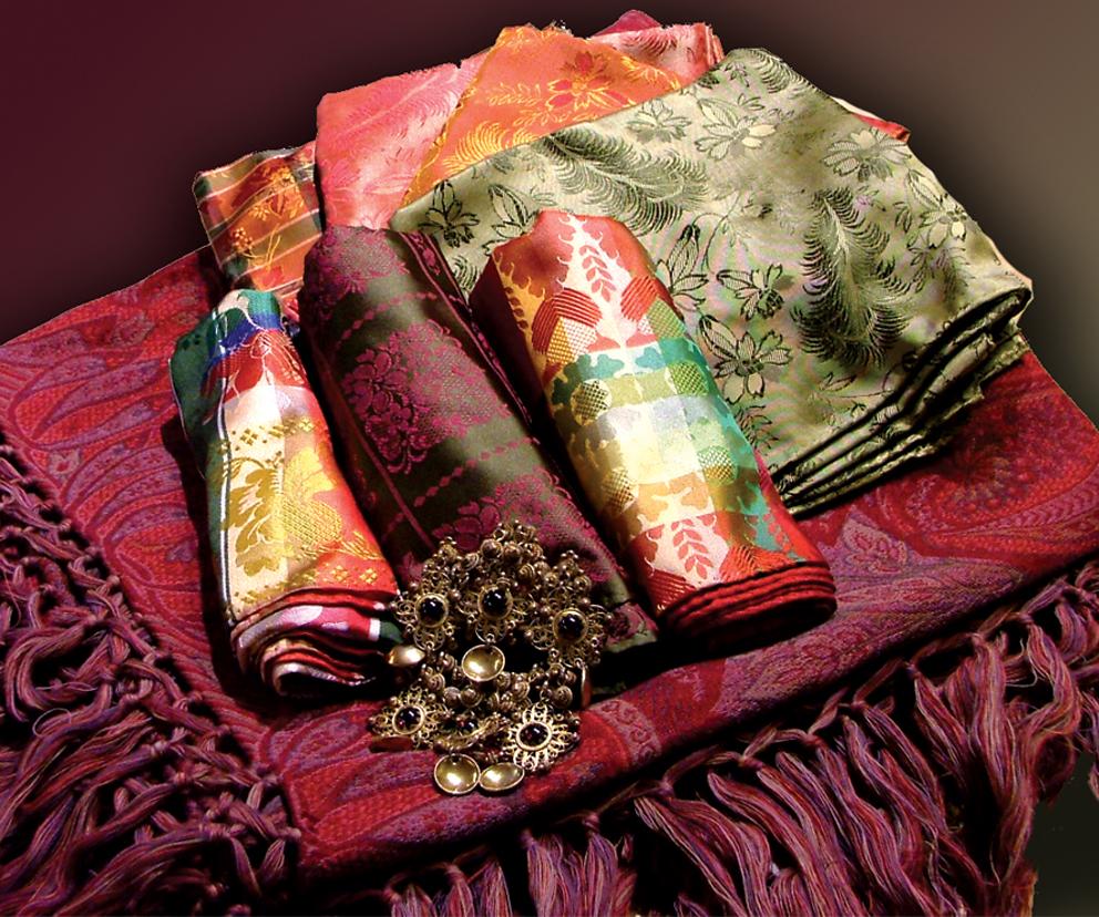 Flere silketørkle i forskjellige farger og mønster
