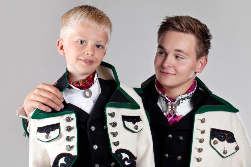 Gutt og herre i Øst-Telemarksbunad med kvit jakke