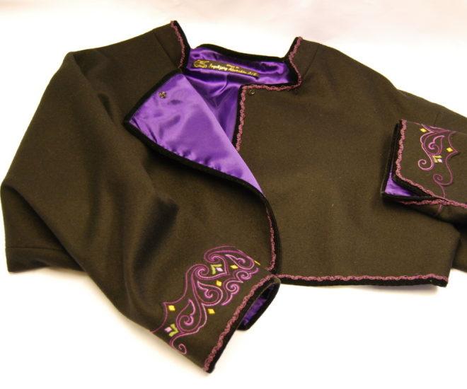 Beltestakk jakke med lilla broderi på armene og lilla for
