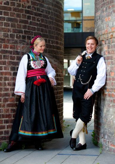 Gutt med Øst-Telemarksbunad og jente med beltestakk