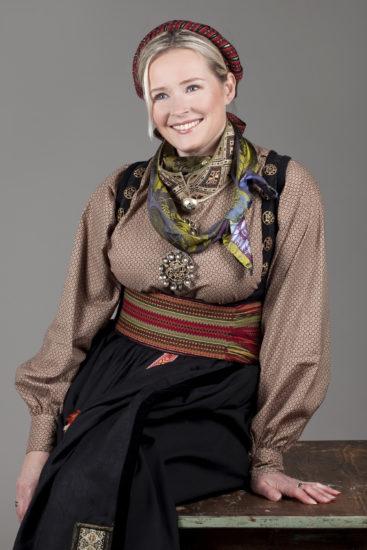 Sittende dame med Beltestakk skjorte med mønstret bomull og brodert smøyg krage