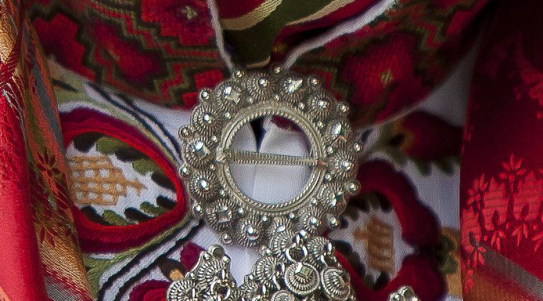 Halsring i sølv på en bunadskjorte