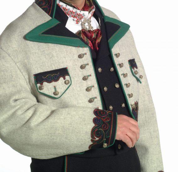 Almankås Øst Telemark herre med grå jakke jakke