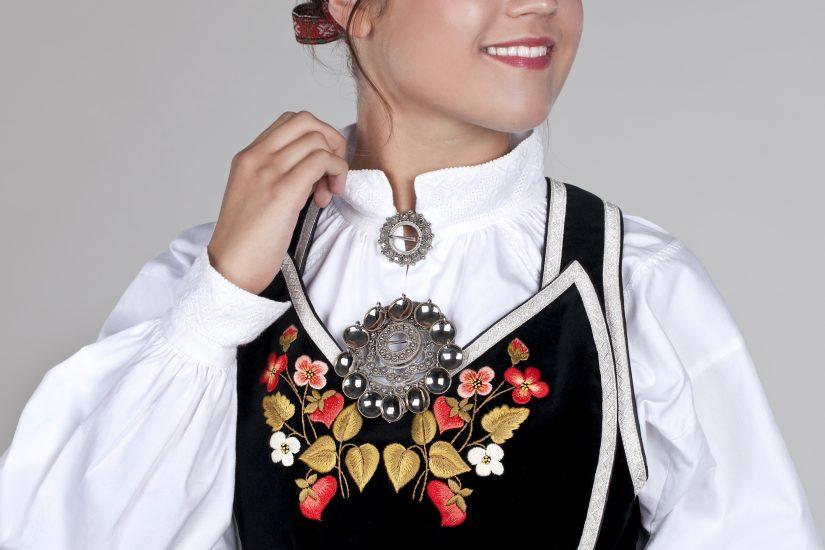 Fløyelsliv med hvit skjorte, halsring og slangesølje med lauv i sølv