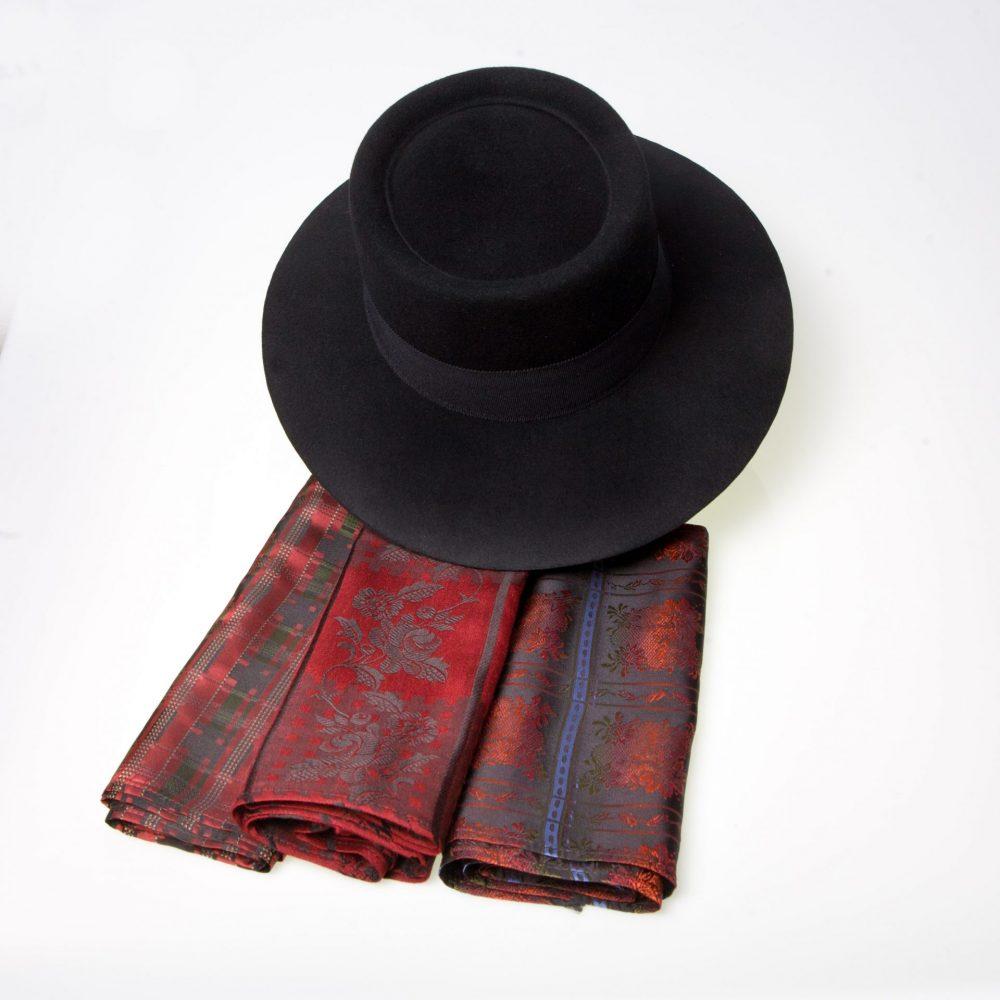 Silke tørkle i mange farge varianter og sort filt hatt