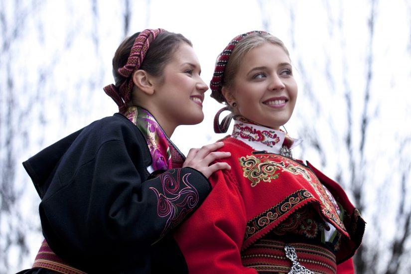 Sort beltestakk jakke og rød Øst-Telemark jakke på to jenter