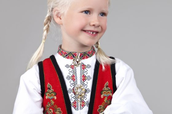 Almankas ost-Telemark barnebunad