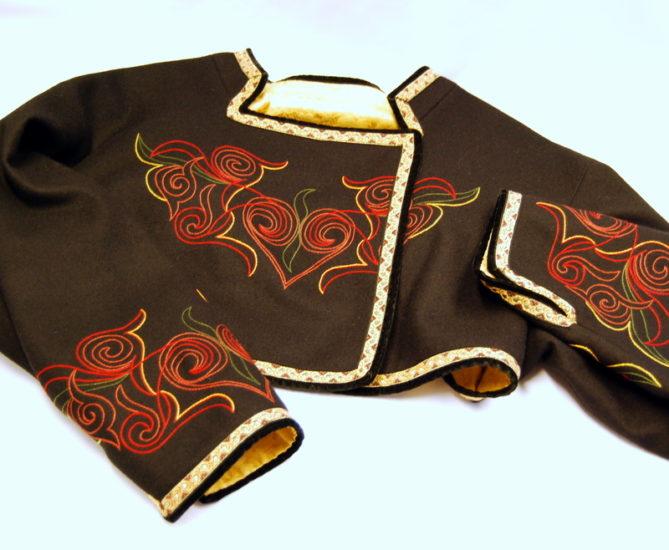 Beltestakk jakke med stort broderi i varme rødfarger