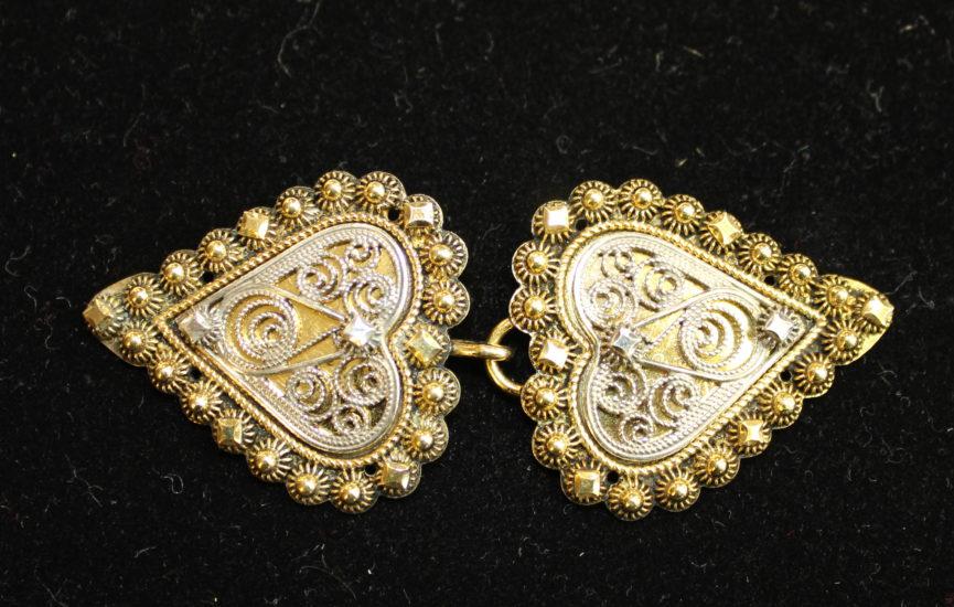 Lite håndlaget hjerteformet jakkespenne i forgylt sølv