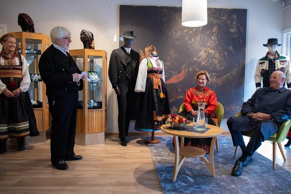 Tor Eilev forteller om rundtrøyebunaden til kongeparet