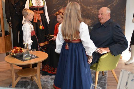 Kongeparet-i-Bø-30.-september-2019-7362-Almankås-Åsne-Veslemøy-og-kongeparet